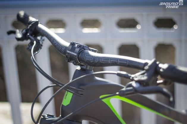 Potence courte, cintre large... C'est emblématique, mais le poste de pilotage du Rose Pikes Peak annonce la couleur et positionne le vélo comme il se doit.