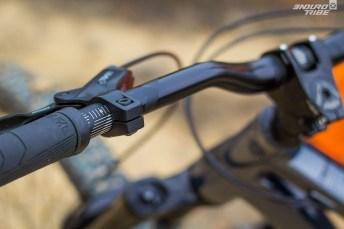 Cintre de 780mm, potence de 40mm, graduations utiles, bi-finition de surface et grips ce qu'il faut d'ergonomiques : les produits Ride Alpha respirent un certain savoir faire.
