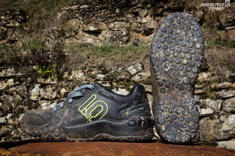 Portées par Sam Hill, les FiveTen Impact se veulent redoutables mais exclusives ! Si le grip est une priorité, les Impact sont LA solution. Elles s'accordent avec tous type de pédales et de picots. Mais, encombrantes, lourdes et usantes elles s'adressent aux extrémistes des flat pedals. Peut-être que les nouvelles Impact Pro pourraient combler le vide entre ces 5-10 et les autres chaussures du panel. 1175g en 42,5
