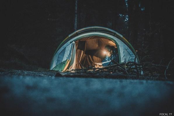 La tente dans laquelle je dors avec Antonin est full confort… Il y a même de la lumière à l'intérieur !