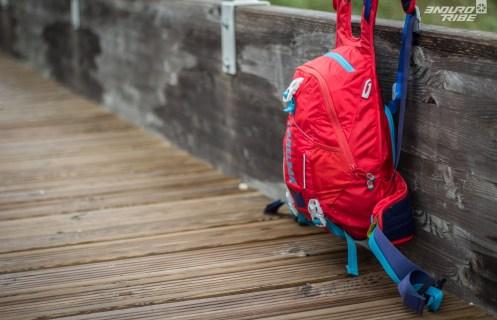 À première vue, le Camelbak Skyline LR 10 a tout d'un sac à dos ordinaire : volume de 7L, 3L de capacité d'eau, deux bretelles, une ceinture abdominale...