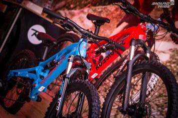 Dans le ski, la marque Rossignol est déjà un repère. Elle est en passe de le devenir à vélo, en station. La marque s'y consacre exclusivement à l'offre de vélos destiné à la location de matériel. Et parmis la gamme française, deux modèles tout-suspendus qui ont tout pour faire de nos bambins de vrais rats de bike-park ;-)