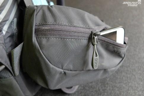 2 pochettes sur la ceinture ventrale : l'une comporte une fermeture éclair et est assez grande pour mettre un téléphone moderne...