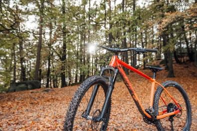 Au niveau du boitier, le tube oblique reprend une ligne habituelle des vélos d'Enduro de nos jours, cintré pour offrir plus de rigidité latérale. Petit détail utile, la présence d'une patte pour fixer un dispositif anti-déraillement traduit de bonnes intentions !