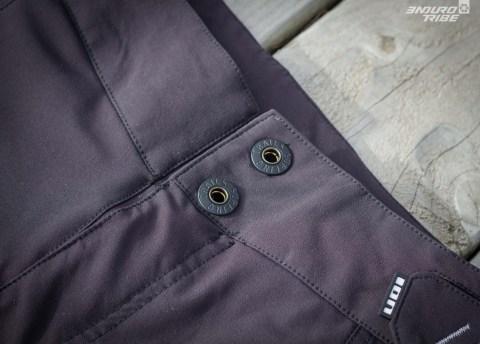 Deux grosses pressions et une braguette scratch assurent la fermeture du pantalon.