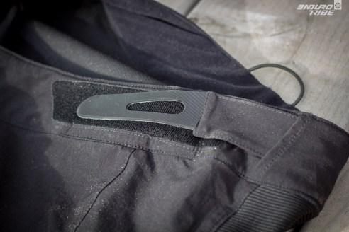 Deux scratch élastiques très simples et sobres assurent le maintien aux hanches.