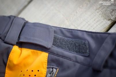 De chaque côté de simples élastiques scratchés permettent d'ajuster le serrage à la ceinture.