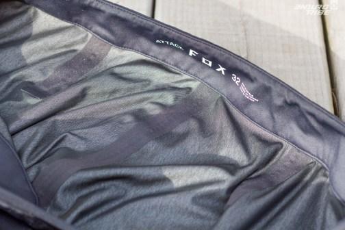 La doublure et les coutures scellées assurent l'étanchéité totale du Fox Attack Water.