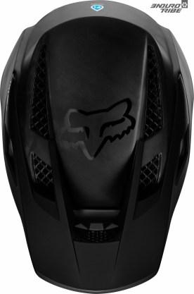 Vu de dessus, le Fox Rampage Pro Carbon se montre plus rond. On note au passage, dans la pénombre, à quel point les aérations du dessus s'étendent vers l'arrière du casque...