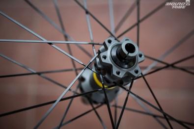 Parfois en aluminium Zycral, parfois en acier, les rayons qui équipent les roues Mavic sont de toute façon en prise spécifique avec les moyeux usinés de la marque.