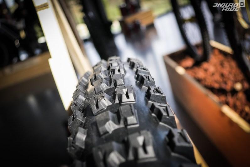 Entre crampons centraux et latéraux, une rangée est volontairement laissée espacée. Elle vise à marquer la prise d'appuis sur l'angle, suggérer un pneu plus incisif que les Toro, bien plus continu en la matière.