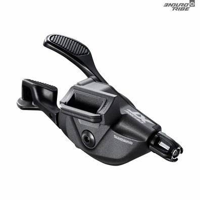 À la commande, le shifter Shimano XT fait dans le montage direct au collier de serrage des freins de manière plus à propos que jamais : réglable à l'infini dans les deux directions qui permettent un ajustement au poil. SL-M8100-IR à 120g sur la balance.