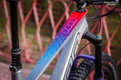 La déco, la vraie, et l'esprit véritable, prennent vie une fois sur le vélo. Le profil si caractéristique du tube supérieur servant naturellement de limite séparative. Sur le dessus, les motifs et couleurs se dévoilent.