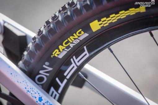 """En parlant de puissance à maitriser, les pneus jouent aussi. Fort logiquement compte tenu de leur sortie récente, les Hutchinson Griffus """"Racing Lab"""" prennent place sur le Sunn Kern EN 29 Factory."""