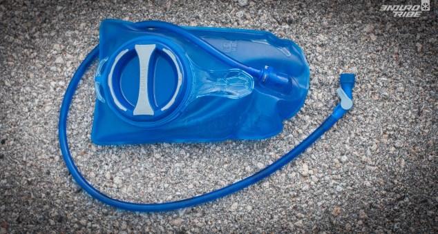 1,5L de contenance, vérifié, à condition de sortir la poche du sac. Sinon, on remplit plutôt 1,3L !