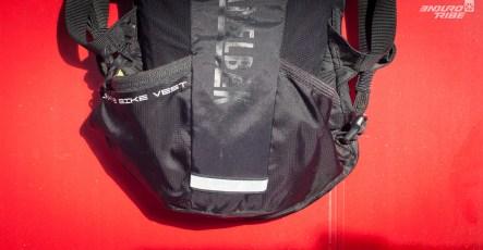 En bas, une poche et un filet augmente la capacité du sac. Pas totalement plaqué au reste du sac, ils sont accessibles et utiles même lorsque le reste du rangement est plein.