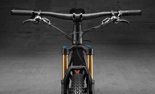 """Premier """"guidon plat"""" pour la firme allemande : le YT Izzo est véritablement le premier vélo de Trail qu'elle ait conçu !"""