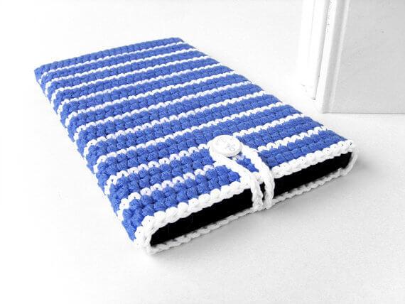 Gehäkelte iPad Hüllen aus Wolle – weiß blau gestreift