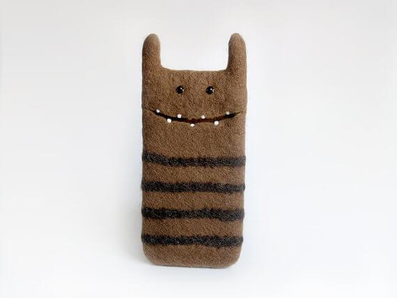 Handgemachte Tablet Hülle aus Filz – Monster mit Streifen
