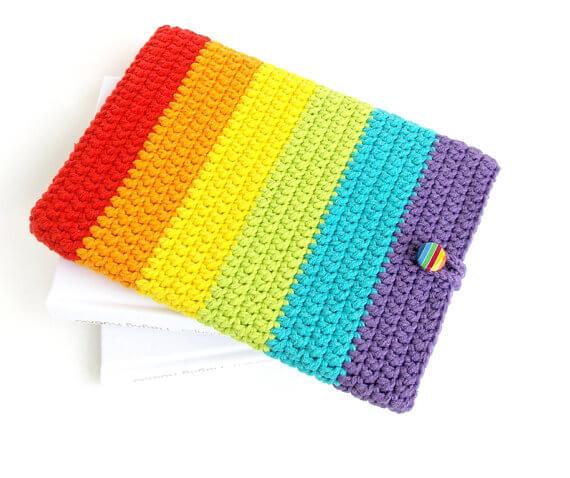 Gehäkelte iPhone Hülle aus Wolle – Regenbogen