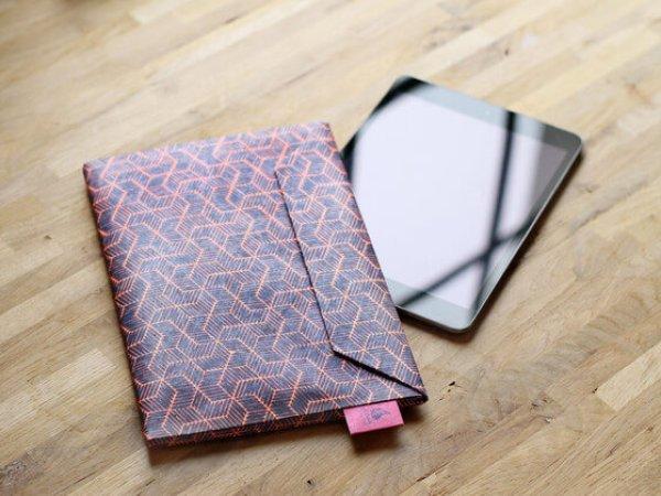 Dünnes Tablet Cover als Briefumschlag – Muster rot schwarz