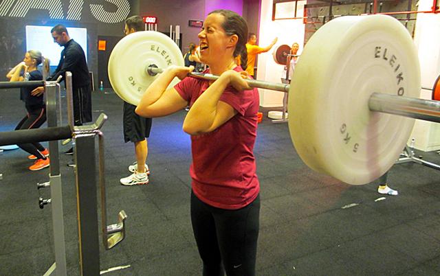 Emilia tränar Prformance Strength på SATS