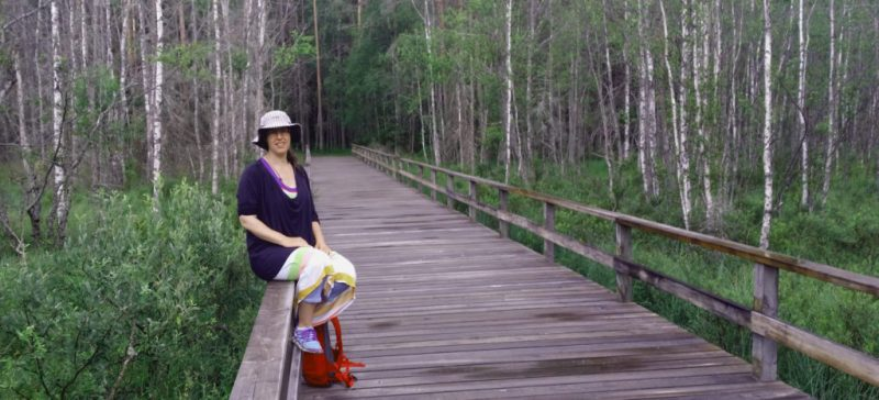 EnEmilia sitter på ett räcke i Tyresta