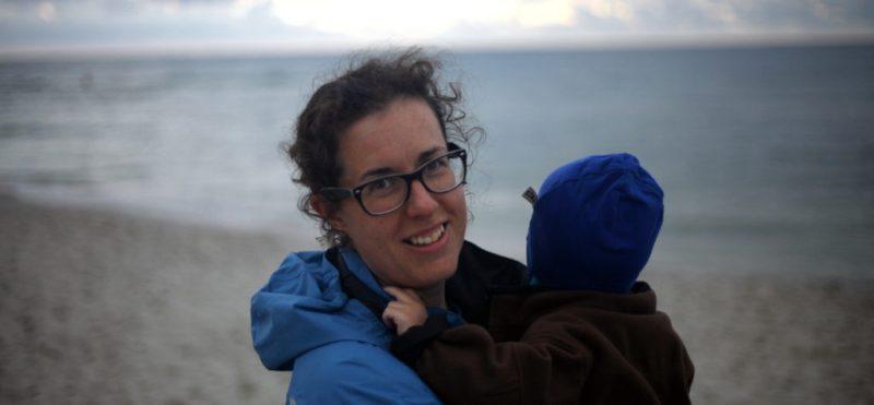 Bild på EnEmilia vid havet + barn. Inlägg om oro och inre stress