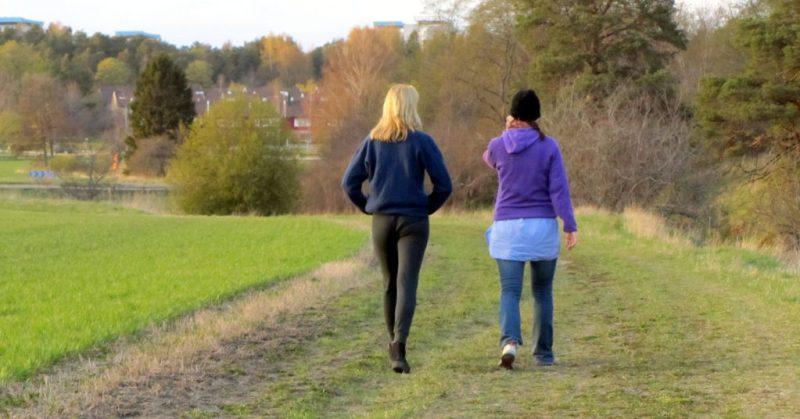 EnEmilia i Uppsala och promenerar med syster. Hållbar träning