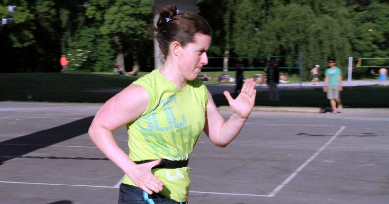 EnEmilia löptränar. Hållbar träning