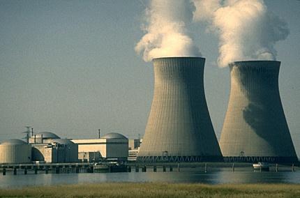 Macron chiuderà 14 reattori nucleari entro il 2035