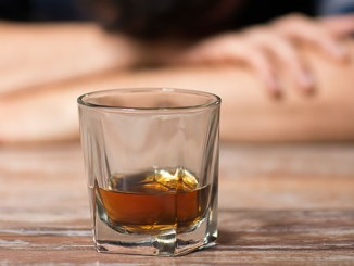 Alkoholismus je prokletí, z něhož se těžko uniká. Jak přesvědčíte alkoholika, aby se léčil? Jaké jsou příznaky, následky a léčba?