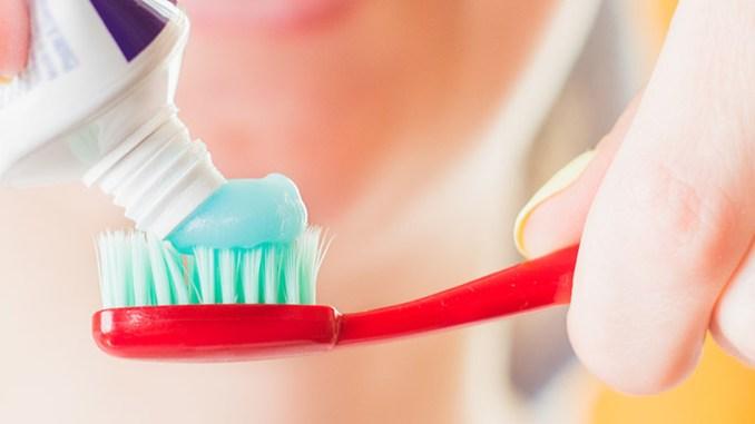 Fluor v zubní pastě dětem škodí, varuje lékař.