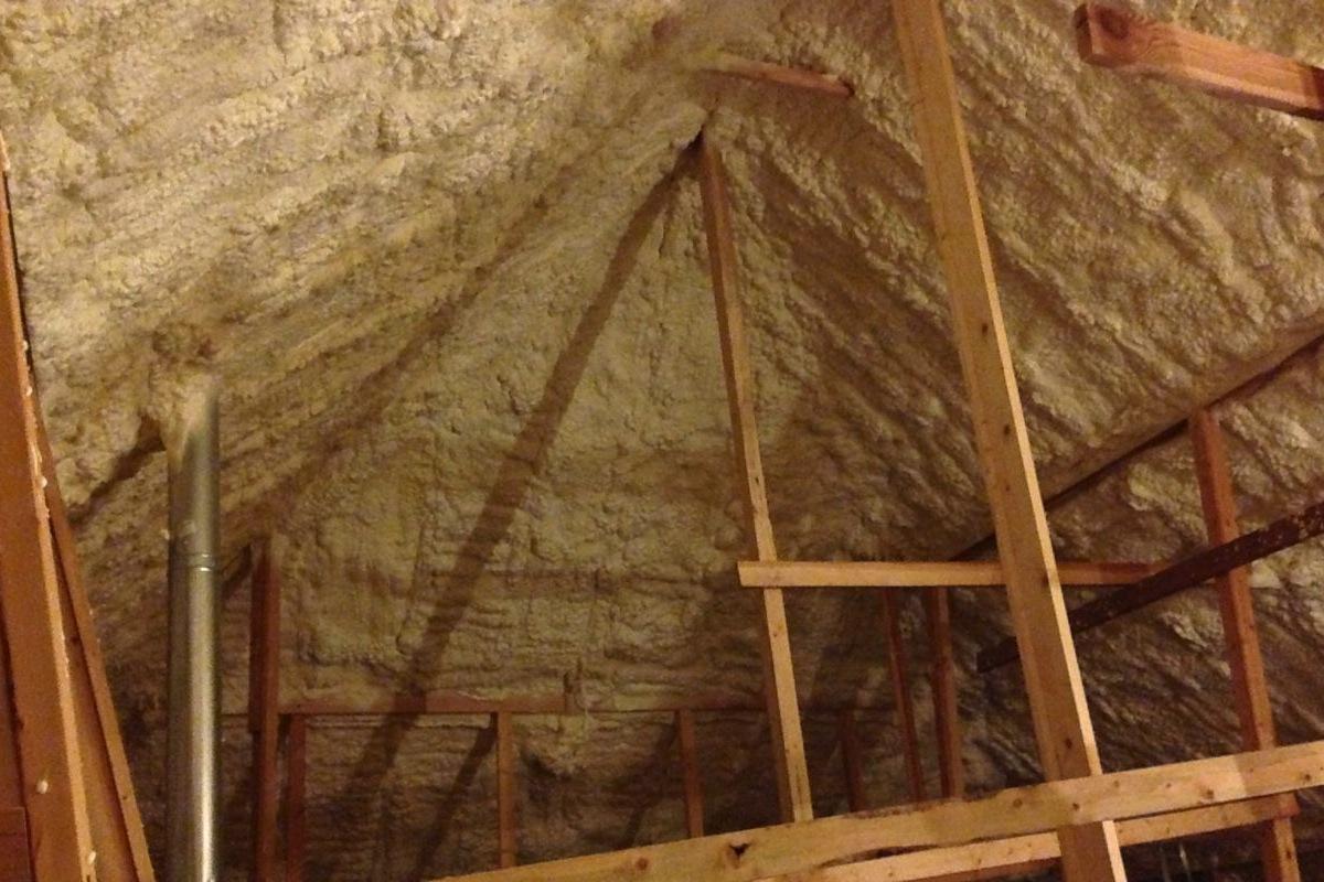 Spray-foam-insulation-roofline-high-performance-home