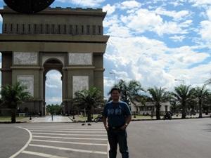 Saya di depan Arc de Triomphe ala Pare (ref: dok, pribadi)