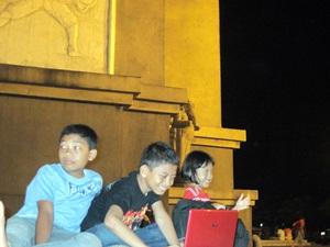 Zidan, Zelda dan sepupunya, Septa, berinternet gratis di Arc de Triomphe ala Pare (ref: dok.pribadi)