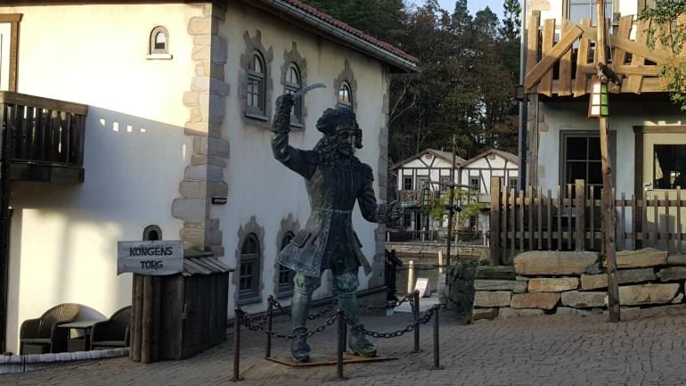 Statue af Kaptajn Sabeltand i Abra Havn