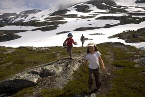 randonneurs-enfants-et-homme-en-montagne-et-neige-Norvège