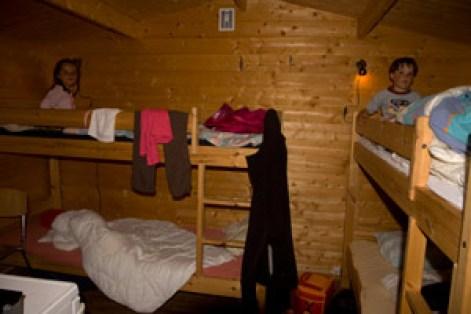 enfant-dans-cabane-traditionnelle-Norvège voyage en famille