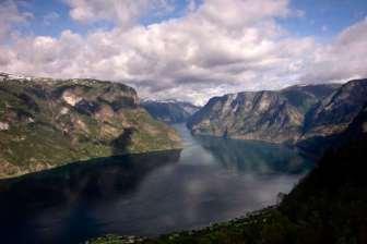 Fjord-Aurlandsfjord-le-plus-étroit-de-Norvège