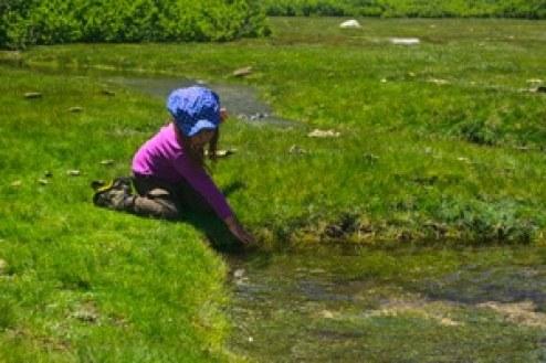 enfant-au-bord-de-l'eau-en-Corse randonnée en famille