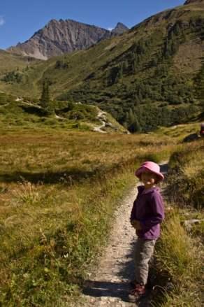 escapade nature-randonneur-enfant-fille-dans-le-val-Veni-Mont-Blanc-Italie