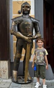 enfant-et-armure-de-chevalier-Bratislava