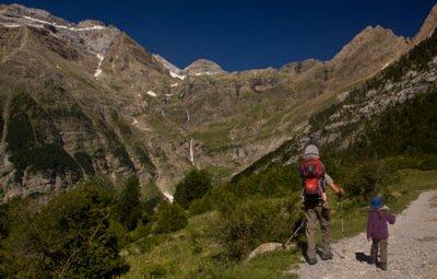 enfant-en-voyage-dans-cirque-de-la-Pineta-et-mont-Perdu-Pyrénées-Espagne