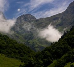 rando-enfant-cirque-de-lis-entouré-de-nuage-Pyrénées
