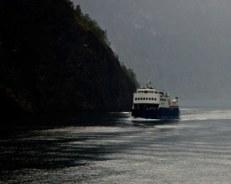 ferry-sur-fjord-Naeroyfjord-Norvège-voyage-famille