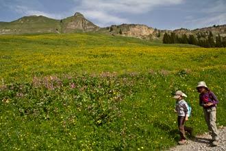 Aravis-alpes-escapade-topo-enfant-randonnée-famille-guide-mont-lachat