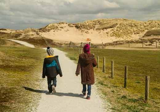 dunes-mer-du-nord-enfant-hollande