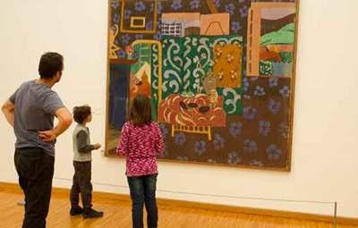 Musée-de-grenoble-enfants-devant-tableau-moderne