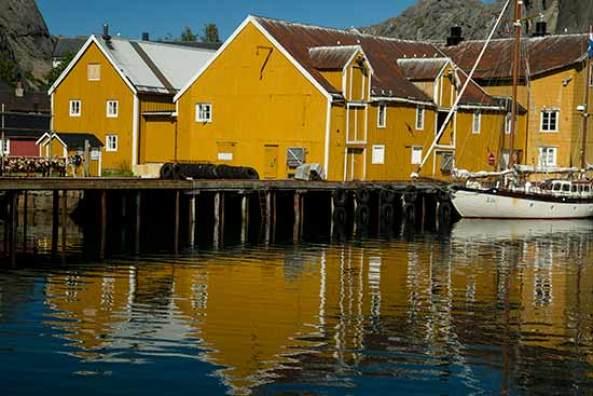 maisons jaunes nusfjord-lofoten-norvege
